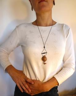 Amulette-pendentif-bois-platane-ébène-portée-1