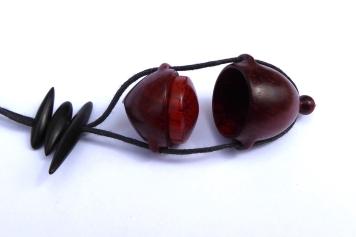 pendentif-amulette-bois-ébène-padouk-2