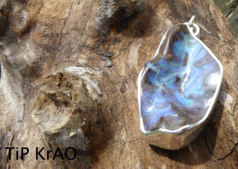 Boulder Opale, taillée à l'atelier, magnifique veine, sertissure d'une pierre irrégulière.