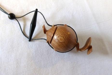 pendentif-amulette-bois-platane-2