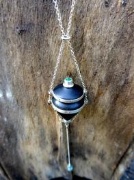 Amulette en bois d'ébène, argent et émeraude